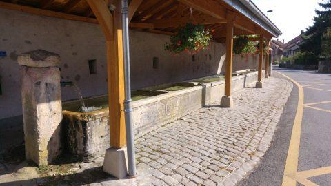 Les trois fontaines historiques du village sont entretenues par M. Tschannen